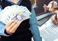 """Românii, victime sigure ale """"cămătarilor legali"""". La cât ajunge, de fapt, dobânda pentru un credit la IFN-uri"""