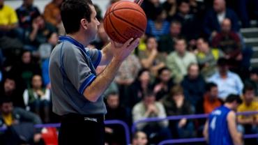 VIDEO / Arbitru de baschet, făcut KO! Lovitura care l-a trimis în lumea viselor