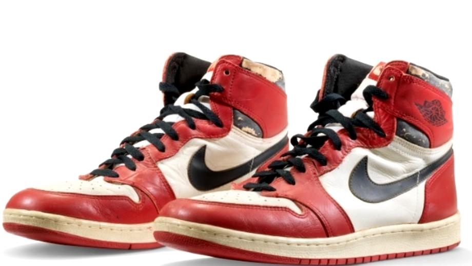 O pereche de pantofi sport purtați de Michael Jordan, vândută la licitație. Suma record obținută