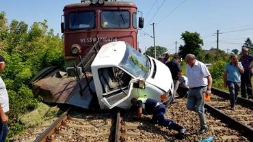 Accident înfiorător în Iași! O mașină a fost lovită de tren. Elicopter SMURD chemat de urgență. VIDEO
