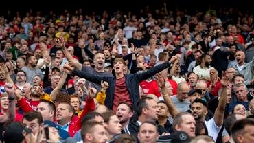 """Imagini emoţionante la Liverpool! După 528 de zile s-a auzit din nou imnul """"You'll never walk alone"""" pe un Anfield plin. Video"""