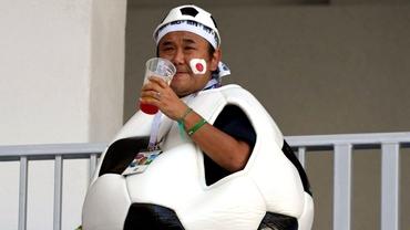 Bucurie japoneză! Fanul care s-a relaxat cu o bere după ce echipa niponă s-a calificat în optimi