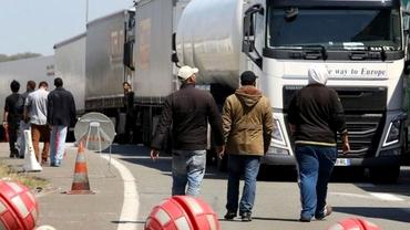 Camioane franceze au blocat traficul spre Calais şi au cerut închiderea taberei de imigranţi