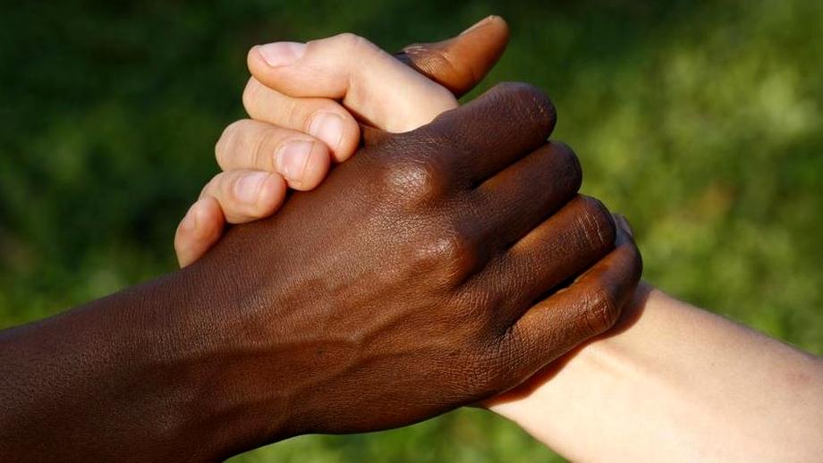 România, abonată la cazurile de rasism! Derapaje la Ditrău cu srilankezi și procesele cuplurilor gay