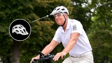 Klaus Iohannis, din nou pe bicicletă spre Cotroceni. Cât costă noua cască de protecție a președintelui. Foto