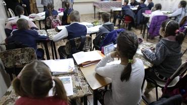 Părinții vor putea sta acasă alături de cei mici și după 15 mai. Proiectul legislativ a fost votat în Camera Deputaților