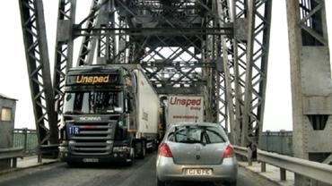 INFERN pentru şoferi pe podul Giurgiu-Ruse. Maşinile stau ore întregi la cozi kilometrice