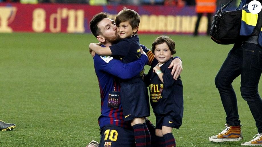 Lionel Messi stă cu