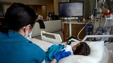"""Valul 4 al pandemiei aduce mai mulți copii internați în spitale. Managerul de la Victor Babeș: """"Deja avem 6 în unitate"""""""