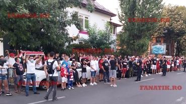 """Trotuare în alb și roșu. """"Să le arătăm ăstora ce înseamnă Dinamo!"""" Și le-au arătat! Spectacolul fanilor dinaintea spectacolului lui Borja Valle. Reportaj cu masca pe față. Video exclusiv"""