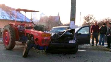Accident cumplit în Vrancea după ciocnirea dintre un autoturism și un tractor
