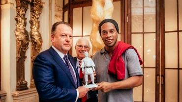 Marius Vizer s-a întîlnit cu Ronaldinho la Budapesta. Ce cadou i-a făcut românul!