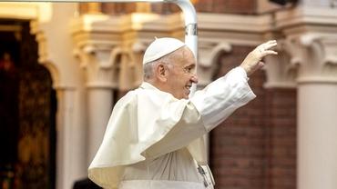 Detaliul inedit de pe scaunul Papei Francisc de la Blaj. Ce simboluri sunt pe el și cine l-a creat