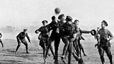 Crăciunul din 1914 a adus pace şi fotbal între tranşeele inamice din Primul Război Mondial. Foto