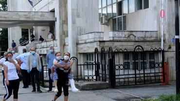 Scene incredibile la Târgu Jiu. O femeie cu piciorul în ghips a fost dusă în spate de fiica ei, pentru că medicii i-au refuzat internarea