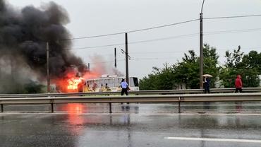 Tramvai lovit de trăsnet în Craiova. Vatmanul a sărit din vehiculul în flăcări