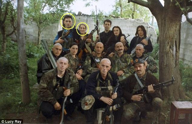 Shemsedin Januzaj și soția sa Lavi (încercuiți), cu armele în mâini în timpul războiului interetnic din Kosovo