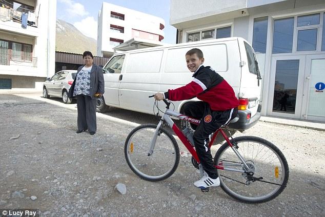 Vărul Idriz, băiatul unchiului Shemsedin, în fața blocului în care locuiesc în Istog (2013)