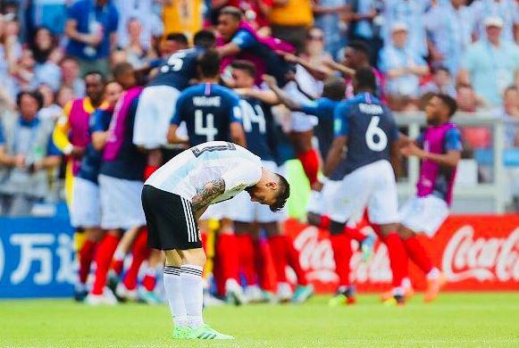 Dezamăgirea lui Leo Messi după finalul meciului Franţa - Argentina 4-3