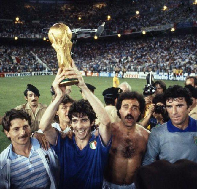 Paolo Rossi, eroul Italiei în 1982, răsplătit cu 20.000 de sticle de vin. Rossi a făcut un turneu final fabulos. În imagine ridică trofeul Cupei Mondiale