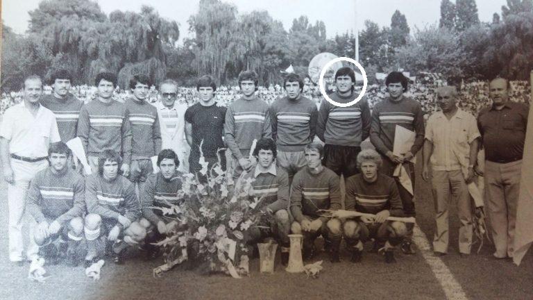 """""""Câine"""" convins, Țețe Moraru a cîștigat titlul cu Dinamo în 1984. Aici între Oneață Augustin și Procurorul Dinu, la decernarea trofeului, pe stadionul din Șoseaua """"Ștefan cel Mare"""