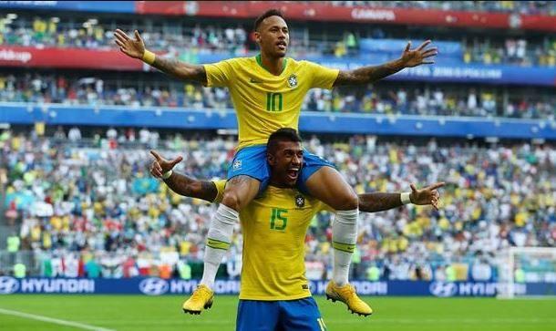 Neymar, purtat pe umeri de Paulinho, după golul înscris împotriva Mexicului