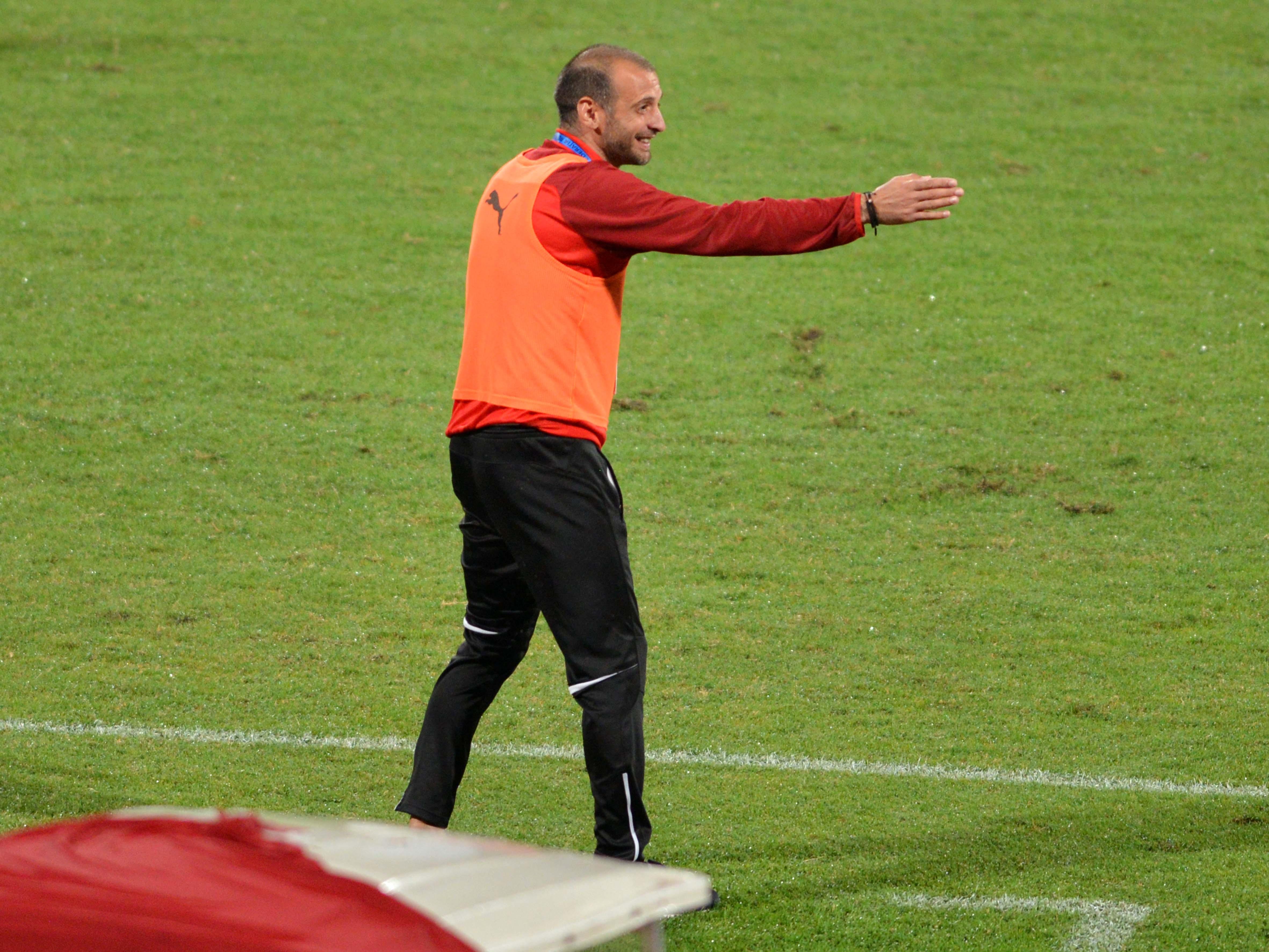 Dinu Todoran e noul antrenor de la FC Voluntari! Tehnicianul ilfovenilor oferă indicaţii în timpul unei şedinţe de pregătire a echipei
