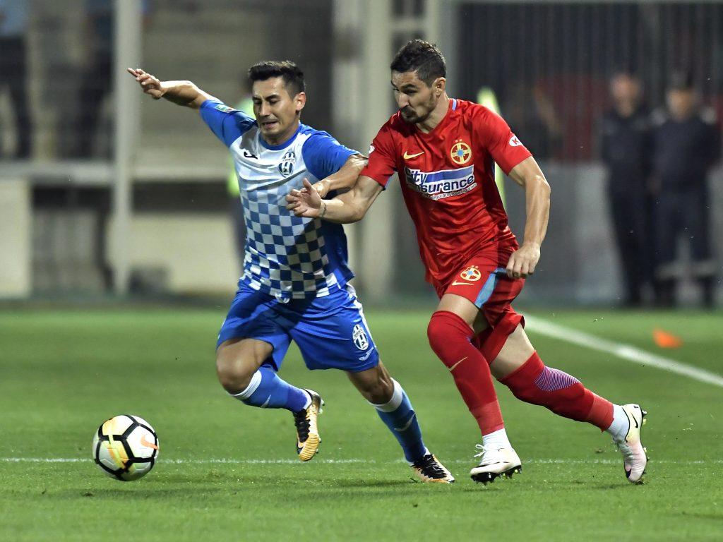 Duelul dintre Marian Pleaşcă şi un adversar în meciul Juventus - FCSB