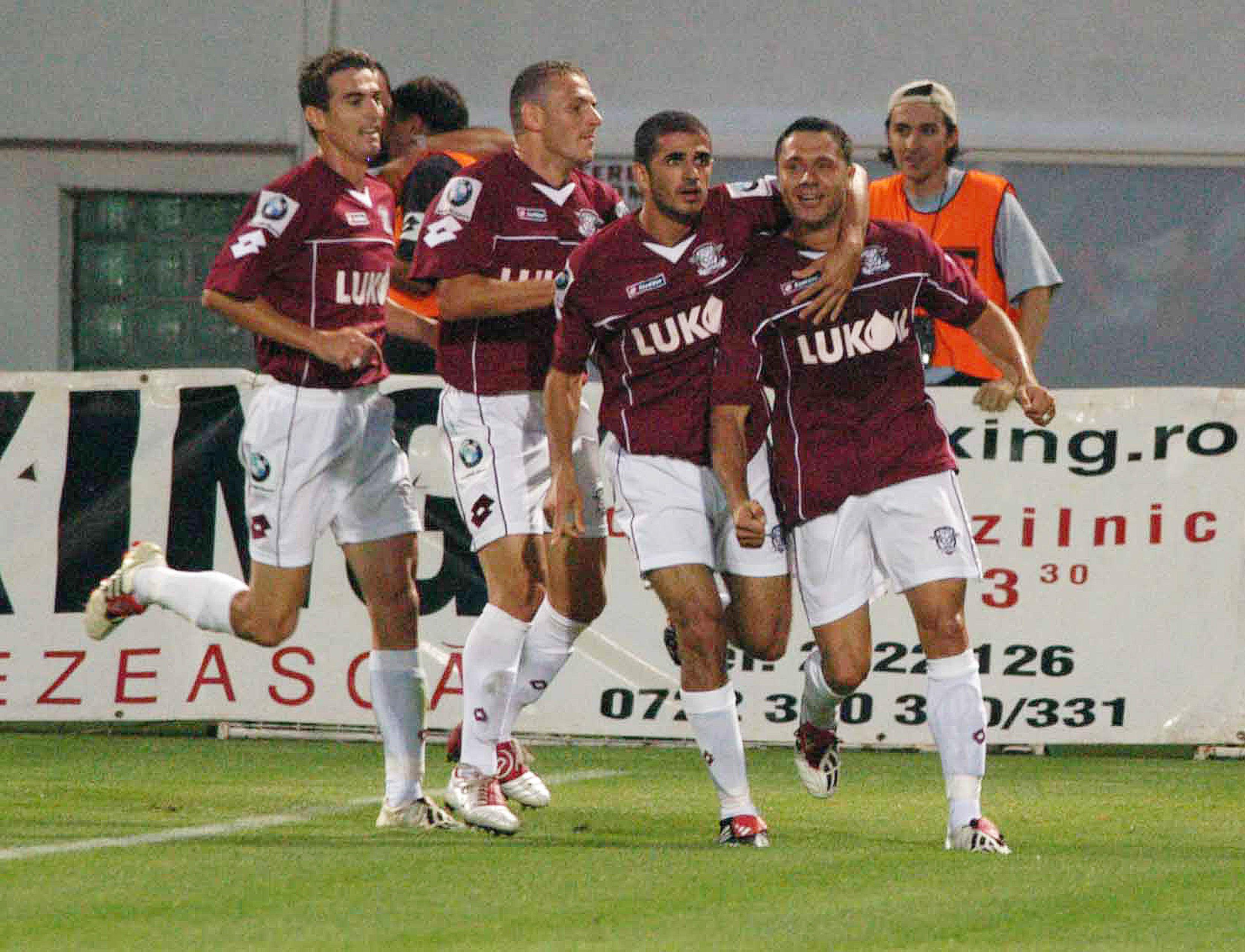 Sabin Ilie revine în fotbal. Bucurie rapidistă cu Marius Măldărăşanu, Karamian şi Sabin Ilie în meciul dintre Rapid şi Steaua, disputat în Divizia A, pe 8 august 2004.
