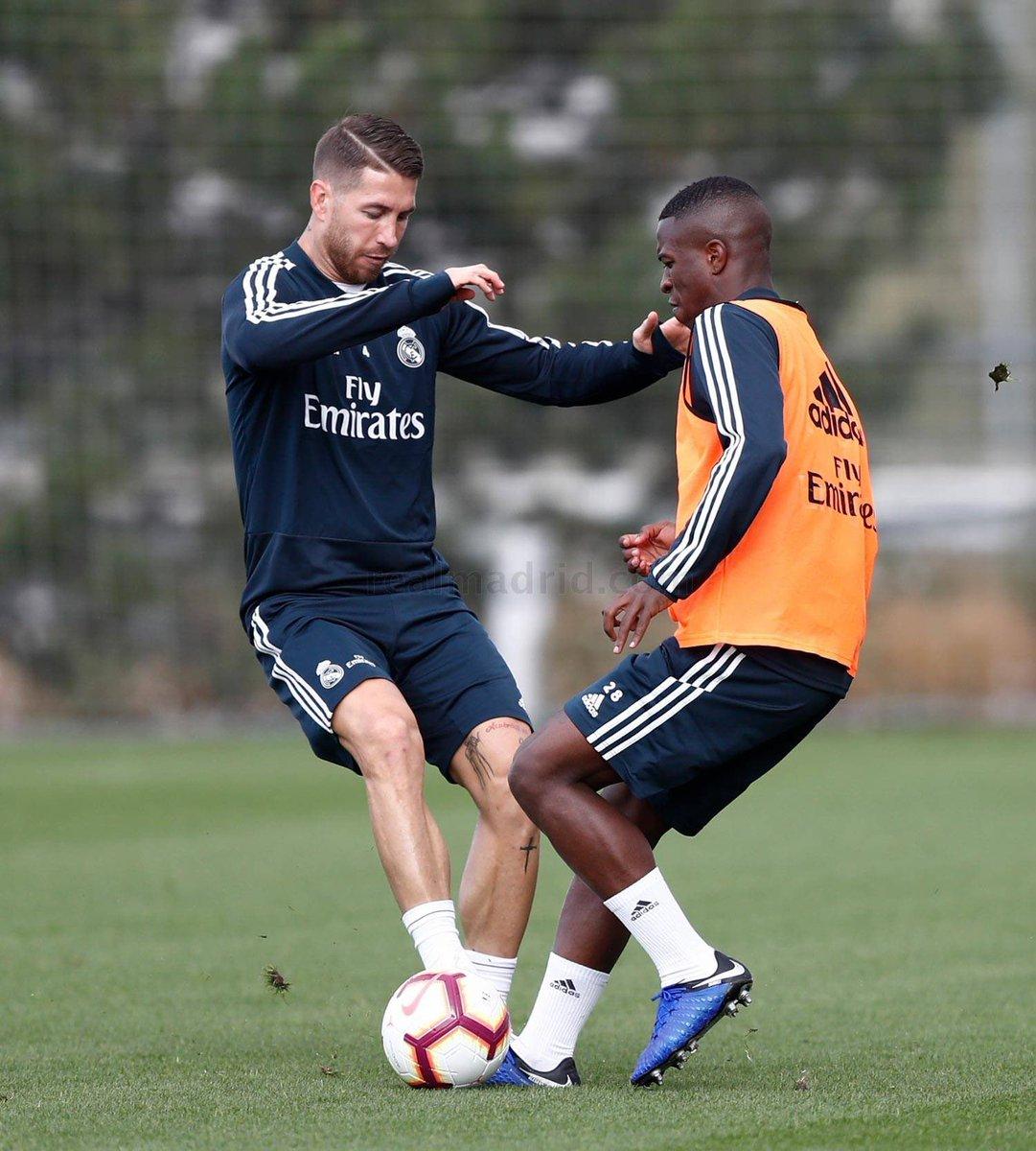 Sergio Ramos și Vinicius jr. într-un duel pentru balon la ultimul antrenament înaintea meciului Real Madrid - Levante