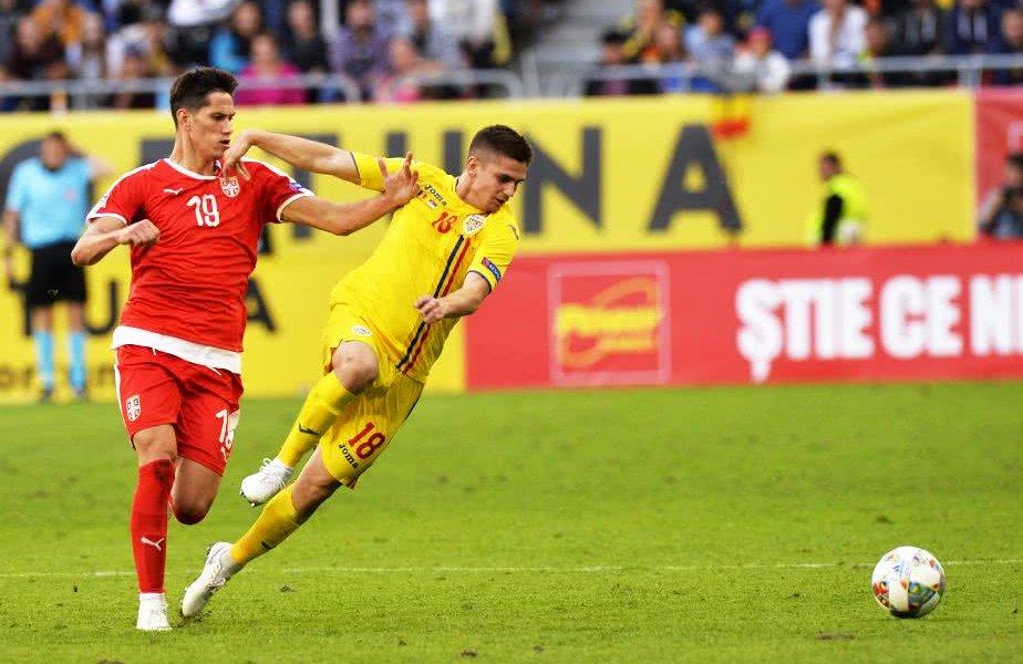 Răzvan Marin într-un duel pentru balon cu Sașa Lukic în meciul România - Serbia din Liga Națiunilor