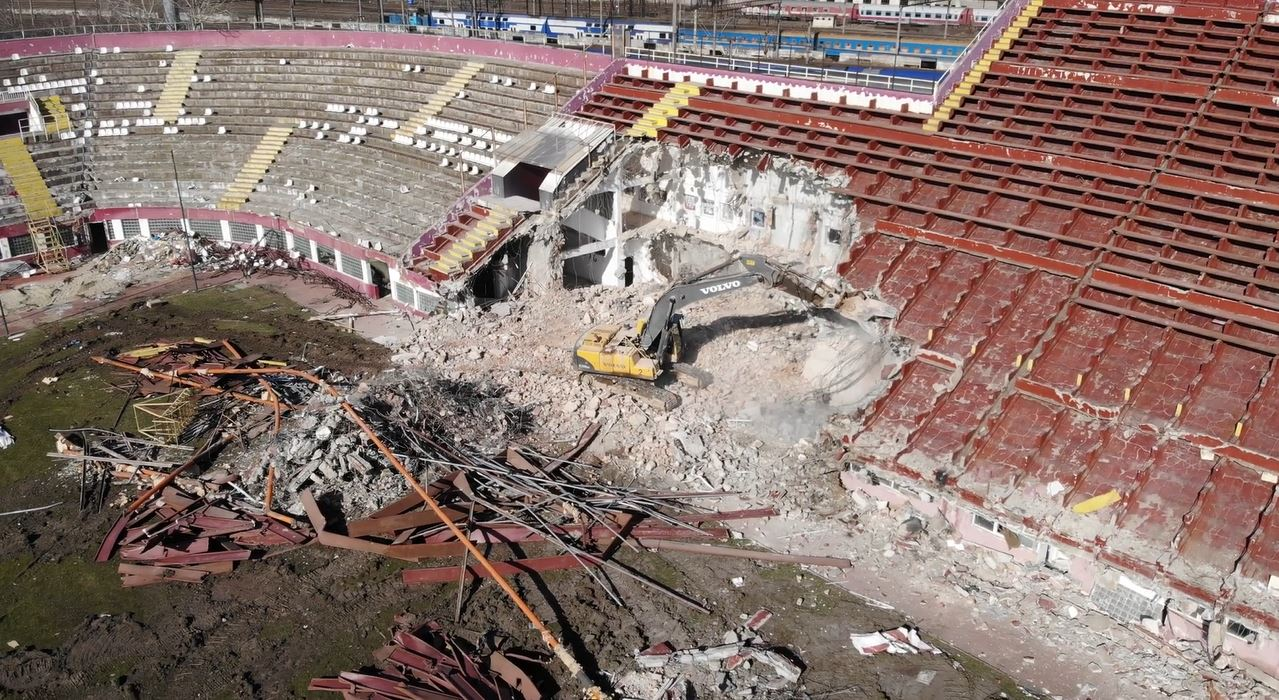 Buldozerele dărâmă stadionul Giulești