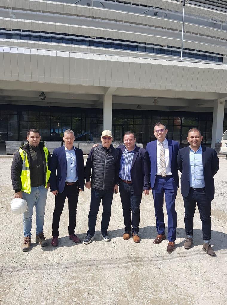 Valeriu Argăseală s-a pozat alături de oficialitățile locale la stadionul din Târgu Jiu (sursă foto: telekomsport.ro)