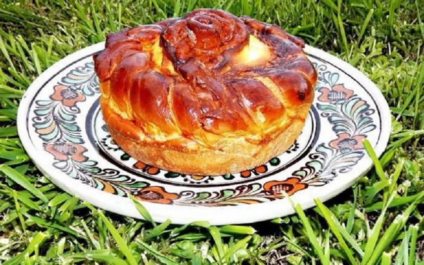 Blatul pentru pasca de la Târgu Neamț este același ca al celebrilor cozonaci moldovenești, pufos și delicios!