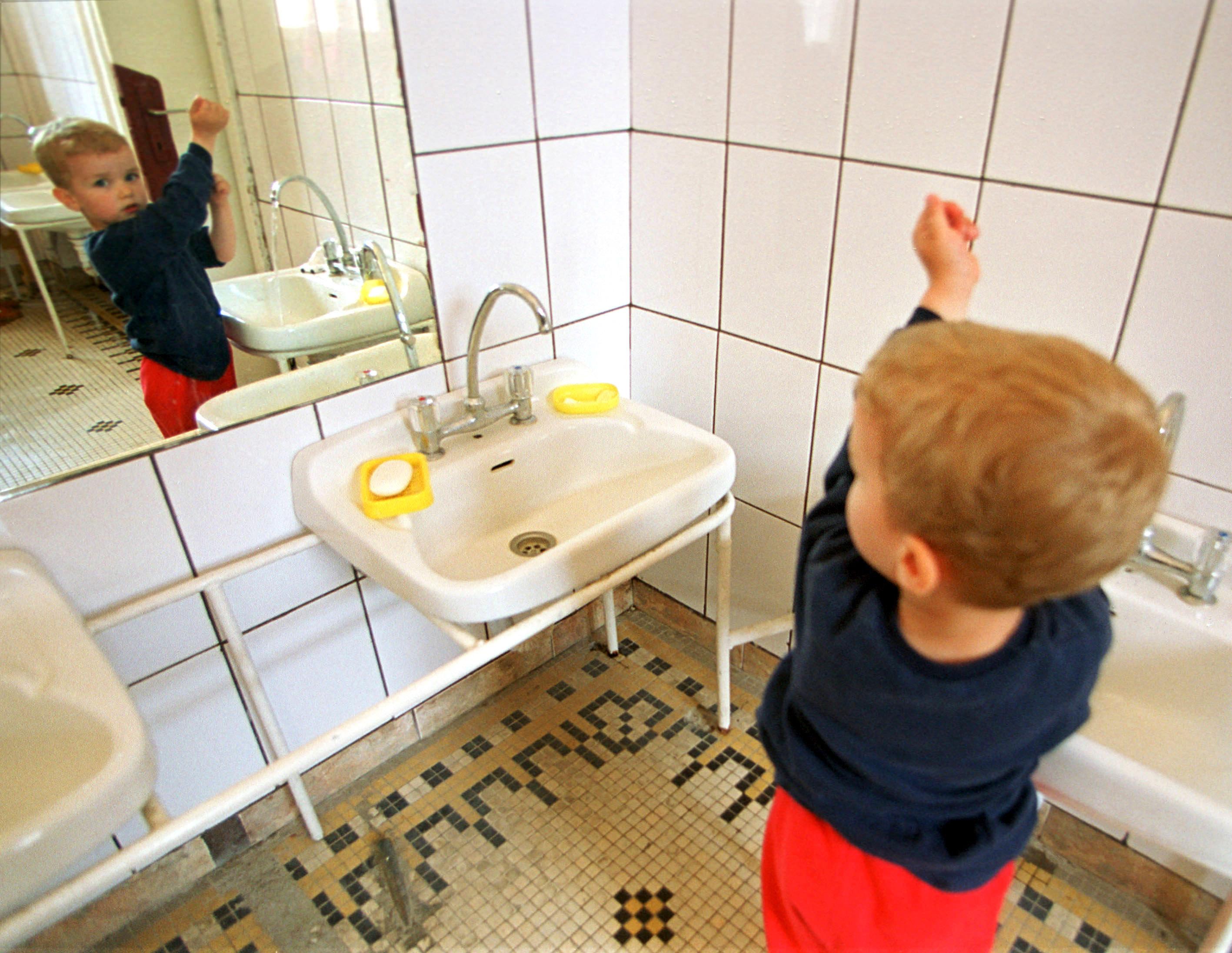 Copiii de la o creșă din Năvodari, obligați să se spele cu apă din WC