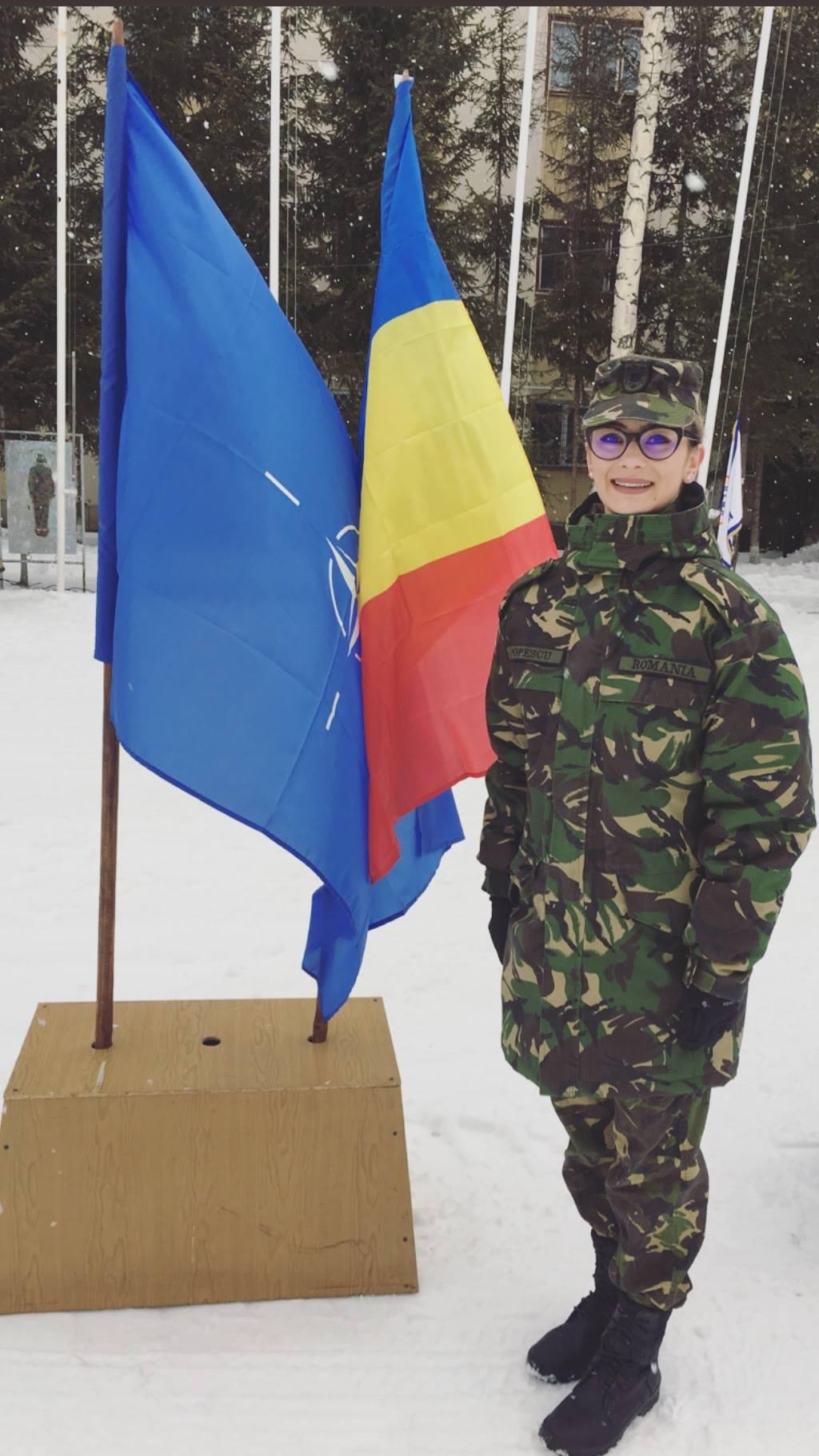 Laura Popescu în haine militare