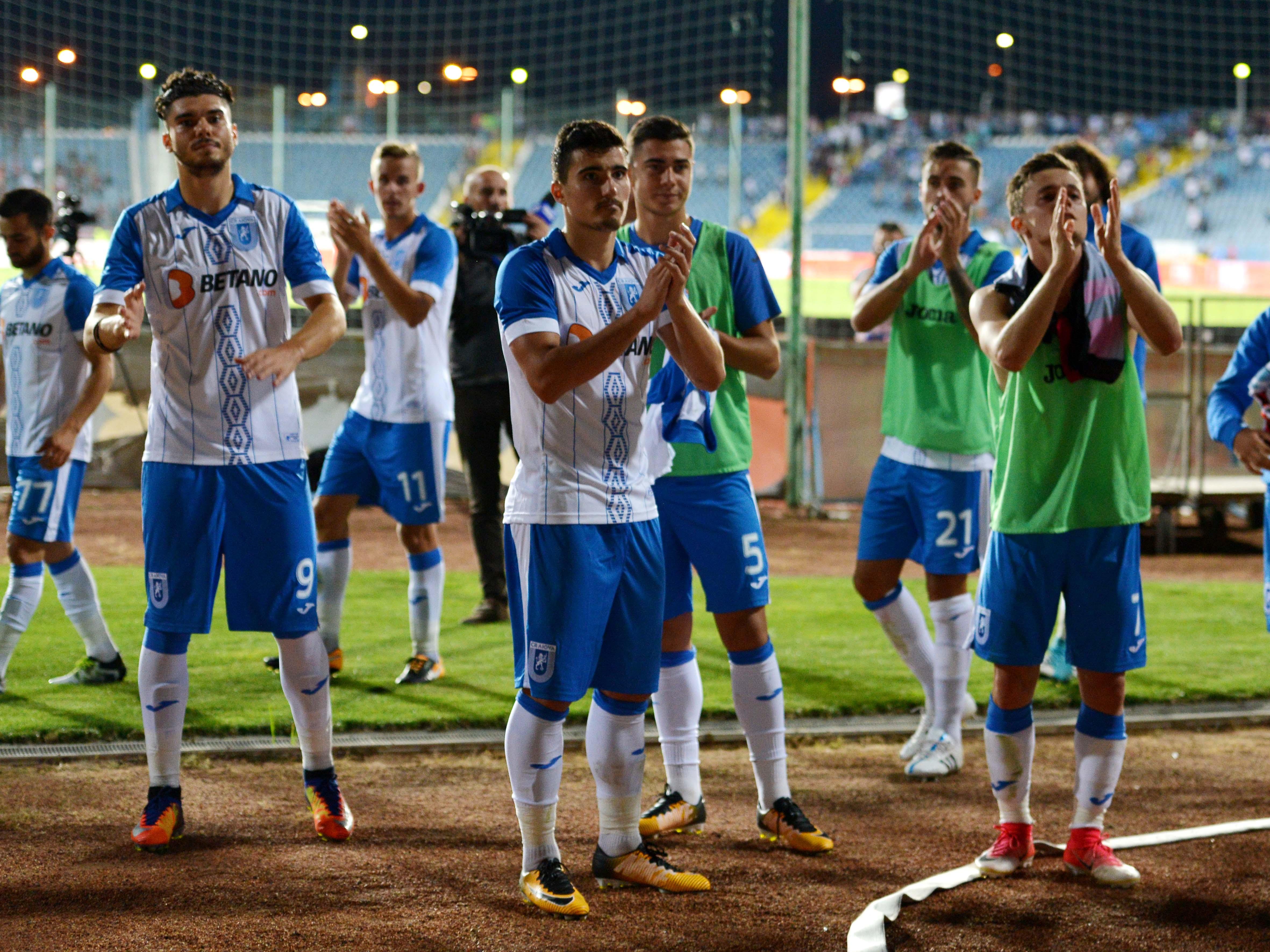 Mihai Roman, Ionuț Briceag și Mitriță la finalul unui meci al Universității Craiova. Sursă foto: sportpictures.eu