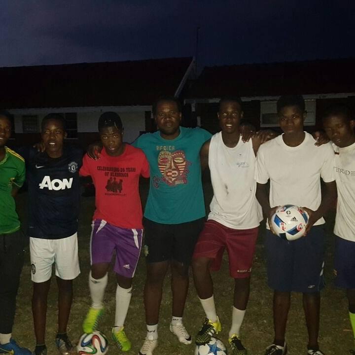 Temwanjera (în centru), alături de elevii săi