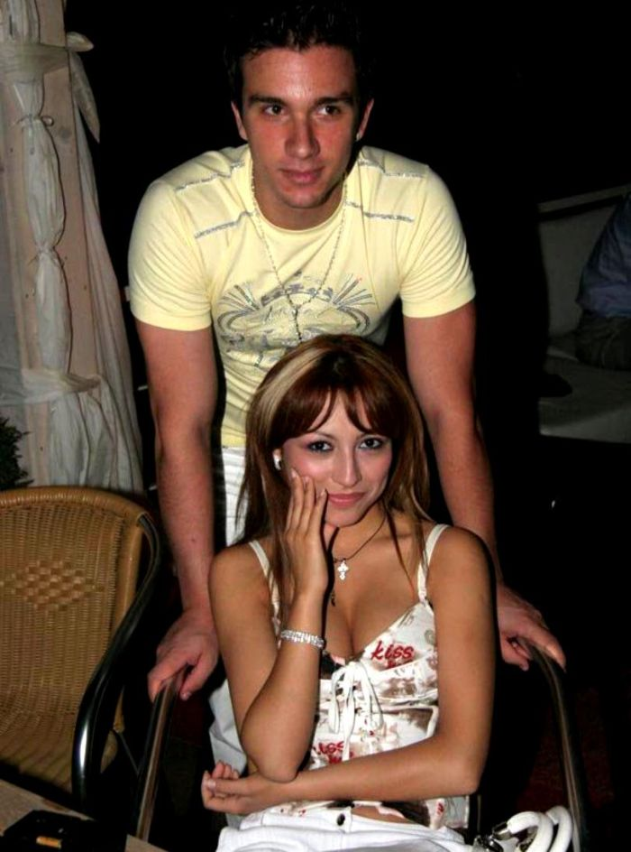 În trecut, artista a fost îndrăgostită de Dragoș Caploiu, pe atunci component al trupei Groove. Sursa foto: Facebook
