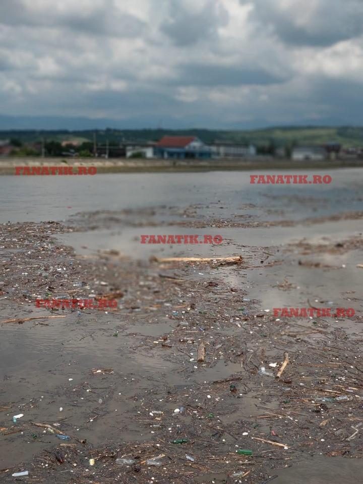 Localnicii au filmat gunoaiele din apă