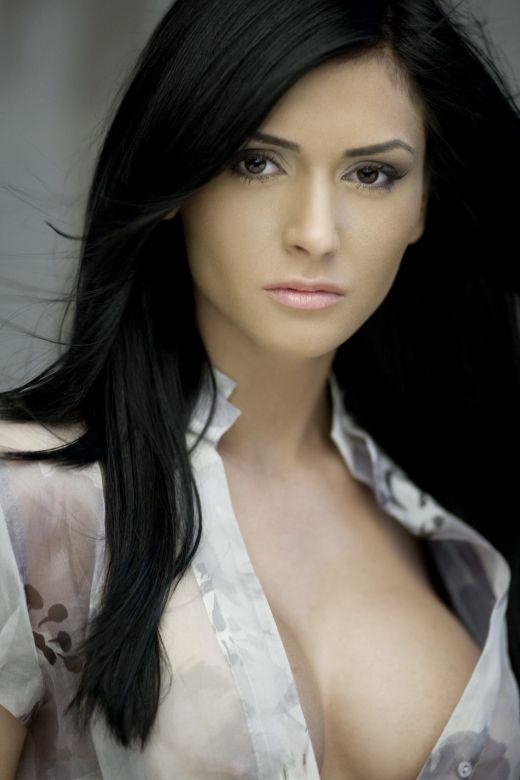 Așa arăta Raluca Dumitru pe vremea când s-a lansat în showbiz. Pe atunci, ea semăna cu actrița Nina Dobrev din Vampire Diares