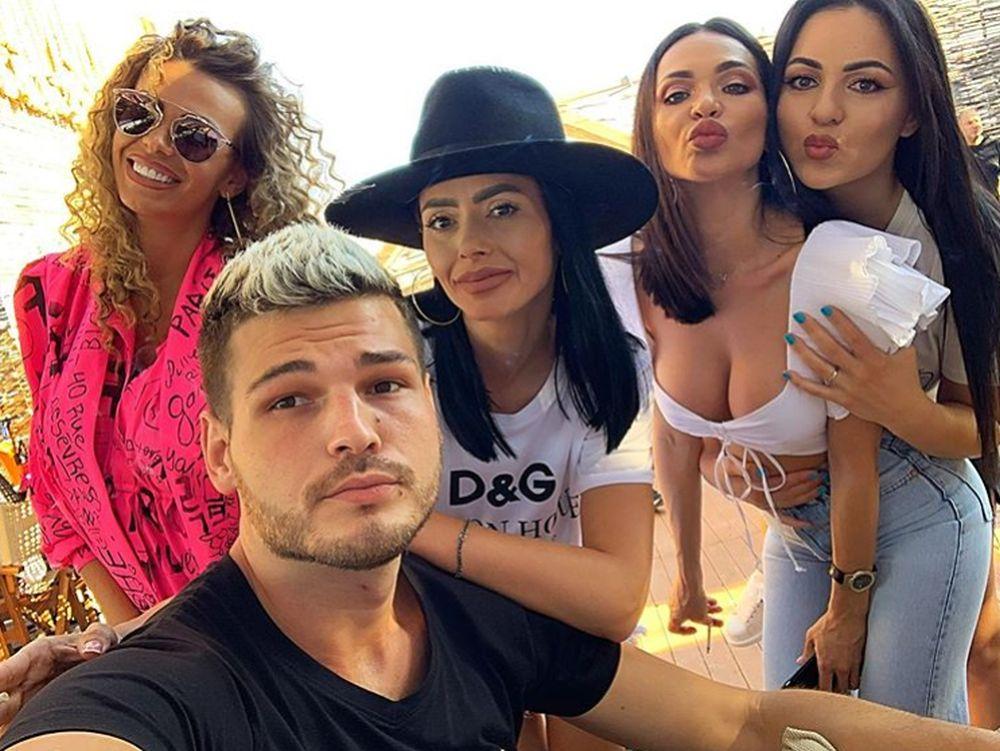 Raluca Dumitru, într-o imagine alături de Răzvan Botezatu, prietenul și fostul ei coleg de la Antenă. (FOTO Instagram - mijloc, cu pălărie)