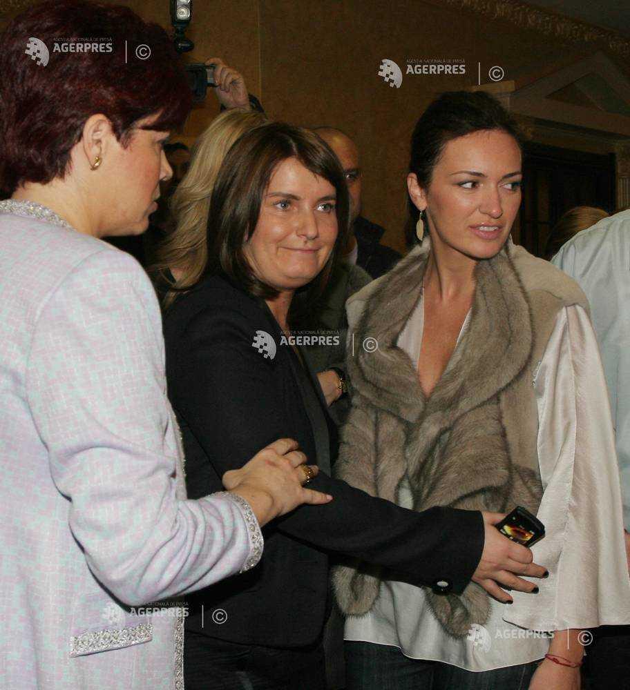 Diana Chivu, la o licitație de tablouri, împreună cu Maria Marinescu. Sursa foto: Agerpres