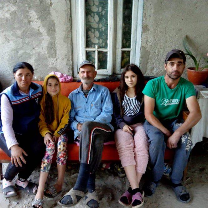 Cinci suflete trăiesc într-o sărăcie lucie