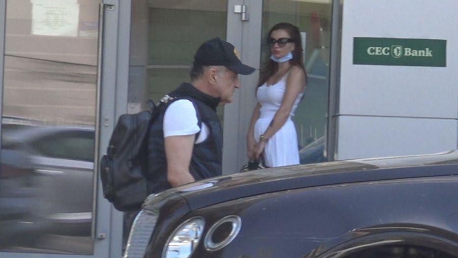 Gigi Becali a ieșit cu un ghiozdat plin cu bani din bancă, scrie wowbiz.ro