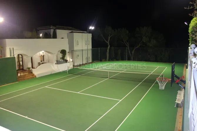Terenul de tenis nu putea lipsi. FOTO: Pure Living Properties