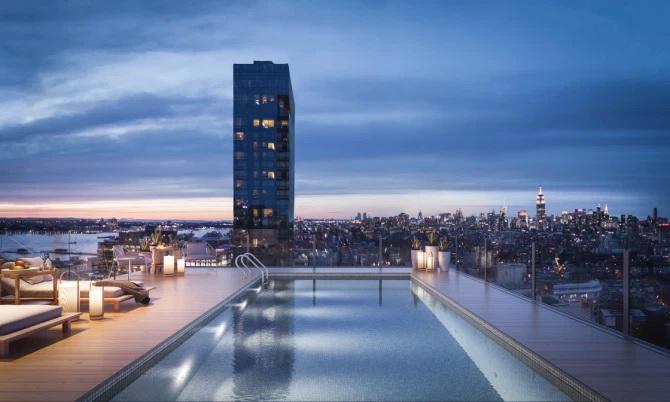 Imobilul dispune de piscină şi pe acoperiş. FOTO: 565 Broome Soho