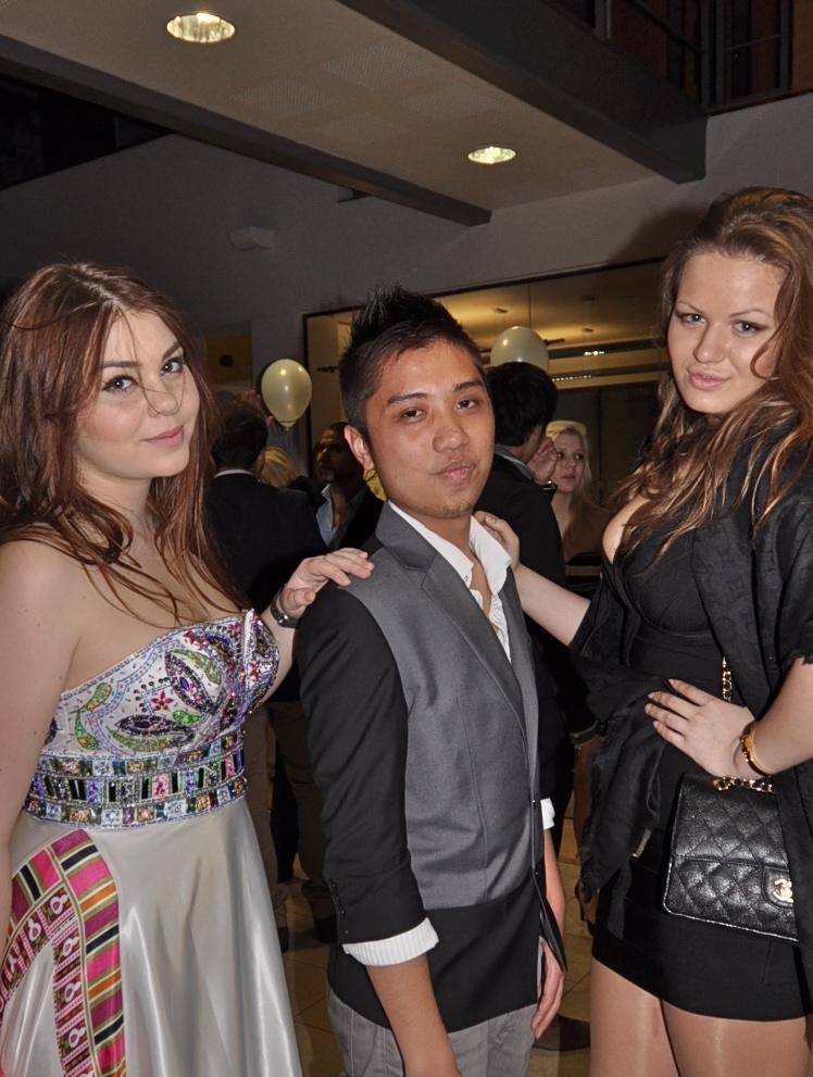 Daria Radionova, înainte de operații, împreună cu prietenii săi din Londra, în 2011