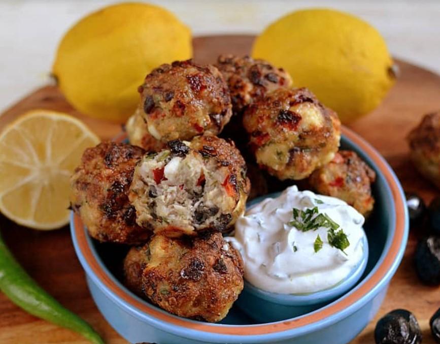 Trei rețete de aperitive festive de Revelion: chifteluțe grecești de pui cu brânză feta și măsline