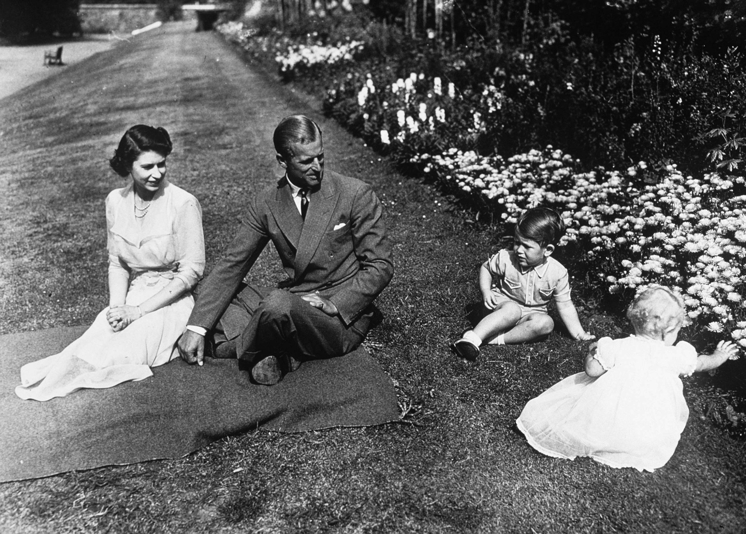 Prințul Philip și Regina Elisabeta alături de copii